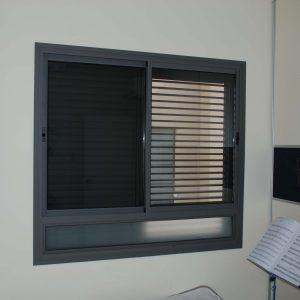 חלון אלומיניום אפור ככה - אלום פיקס